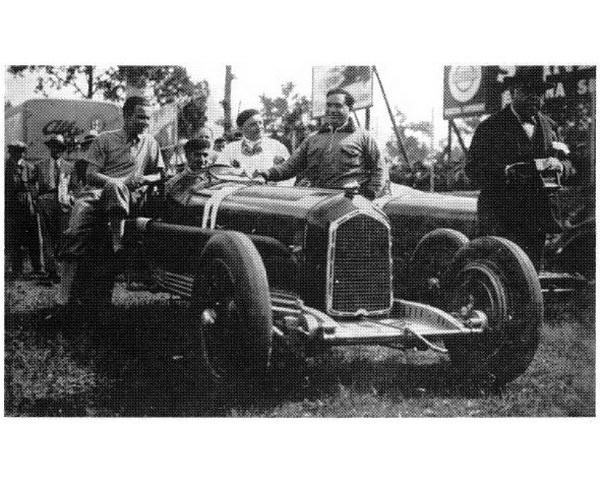 A Tipo B Monoposto első bevetése előtt a volánnál Nuvolarival